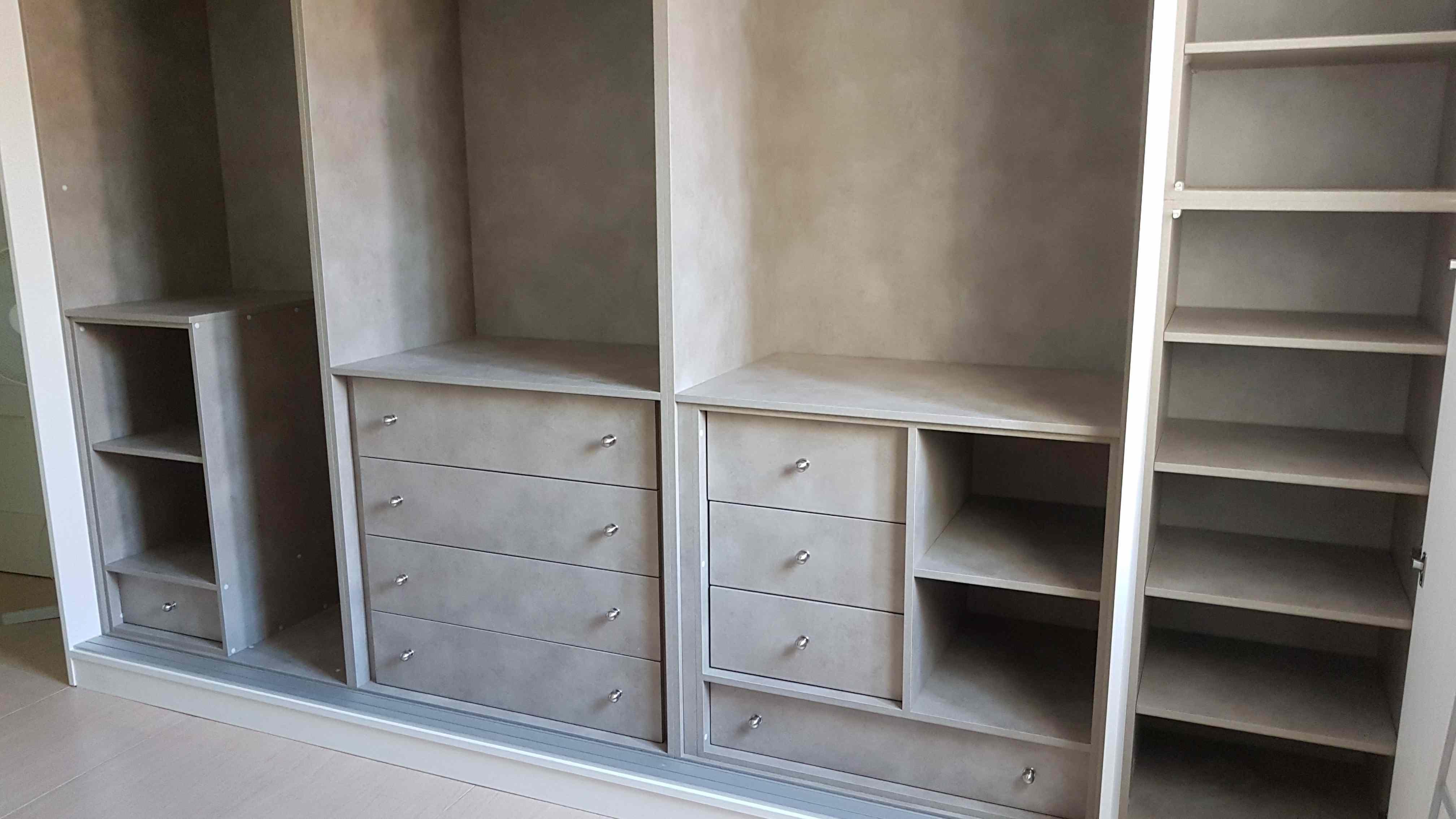 Carpinter a familia murcia armario de puertas correderas y zapatero interior color cemento - Zapatero interior armario ...